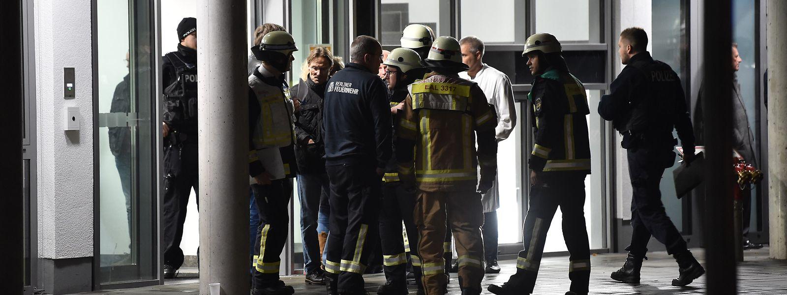 Feuerwehrleute, Polizisten und medizinisches Personal stehen nach einer Auseinandersetzung, in deren Folge ein Mensch durch Messerstiche getötet wurde, vor der privaten Schlosspark-Klinik.