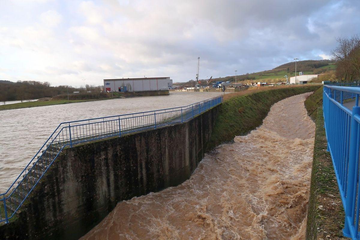 Hochwasser im Merterter Hafen an der Einmündung der Syr in die Mosel.