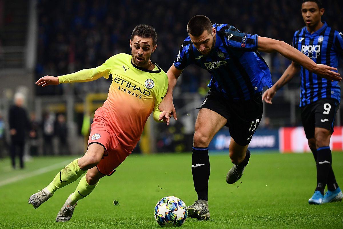Manchester City et Bernardo Silva (à g.) ont été accrochés un but partout à l'Atalanta Bergame de l'Albanais Berat Djimsiti (à dr.)