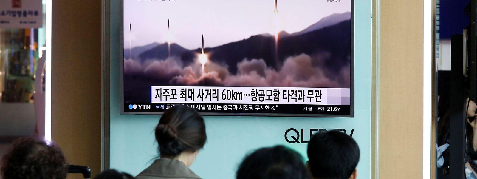 Die Menschen in Südkorea sehen sich den Raketenstart auf dem Fernseher an.