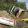17.08.2018, Mecklenburg-Vorpommern, Linstow: Ein Flixbus liegt im Straßengraben der Autobahn A19 Rostock-Berlin - davor das umgestürzte Hinweisschild für das Müritzeum Waren. Der Fernbus war aus ungeklärter Ursache nach rechts von der Fahrbahn abgekommen und in den Graben geraten. Dort kippte er zur Seite. Zahlreiche Menschen wurden verletzt. Foto: Bernd Wüstneck/dpa-Zentralbild/dpa +++ dpa-Bildfunk +++
