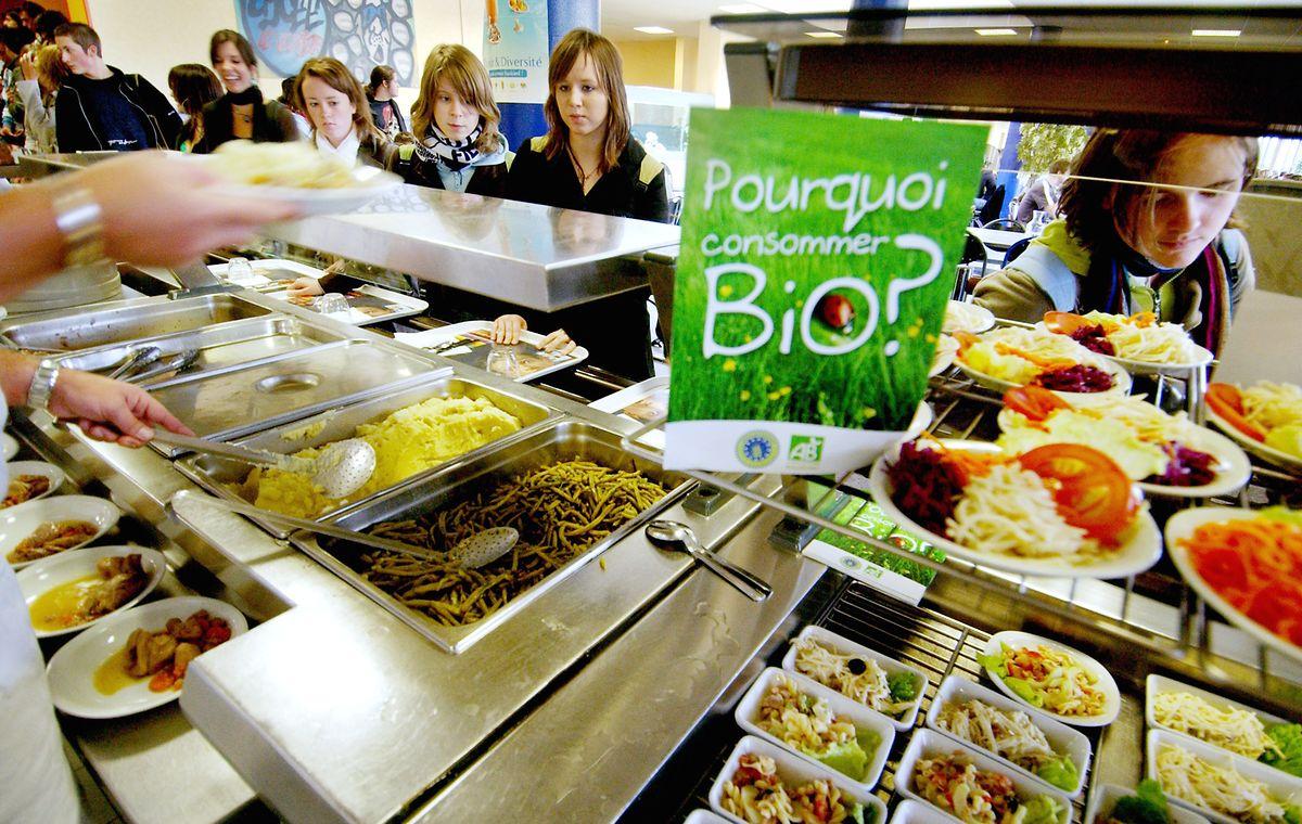 Les cantines proposeront plus d'aliments bio, mais aussi fairtrade mais aussi régionaux. Le ministère veut également réduire l'usage de plastiques et le gâchis alimentaire.