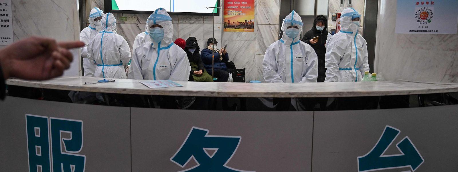 O pessoal médico do Hospital da Cruz Vermelha em Wuhan usa fatos protetores contra o Covid-19.
