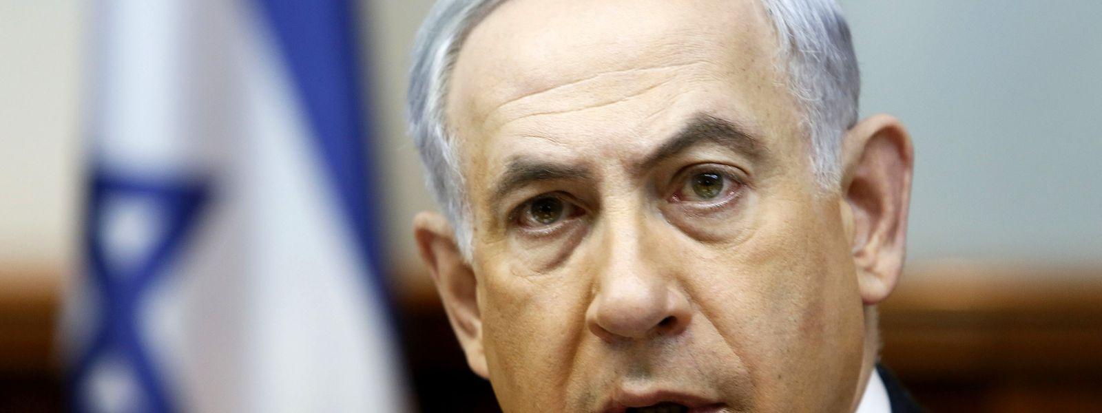 """Benjamin Netanyahu pediu hoje às potências mundiais que apliquem """"sanções imediatas"""" ao Irão assim que for ultrapassado o nível de enriquecimento de urânio previsto pelo acordo nuclear."""