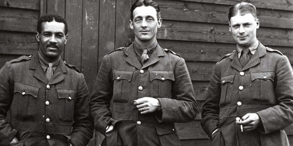 Walter Tull, à esquerda na foto, jogou na liga inglesa e combateu na I Guerra Mundial, numa altura em que as leis eram explícitas e racistas.