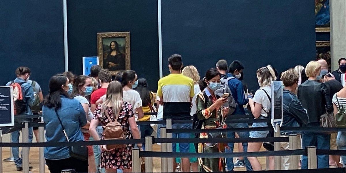 Strenge Hygienevorschriften im Pariser Louvre: Wegen Corona dürfen derzeit nur maximal 10.000 Menschen pro Tag das meist besuchte Museum der Welt betreten.