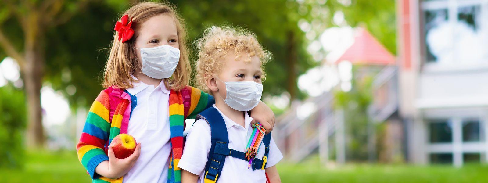 In ihrem offenen Brief verlangen 120 Lehrer und Eltern, dass die Maskenpflicht für Kinder aufgehoben wird. Der Brief stößt in der Bevölkerung auf breites Unverständnis und großen Widerstand.