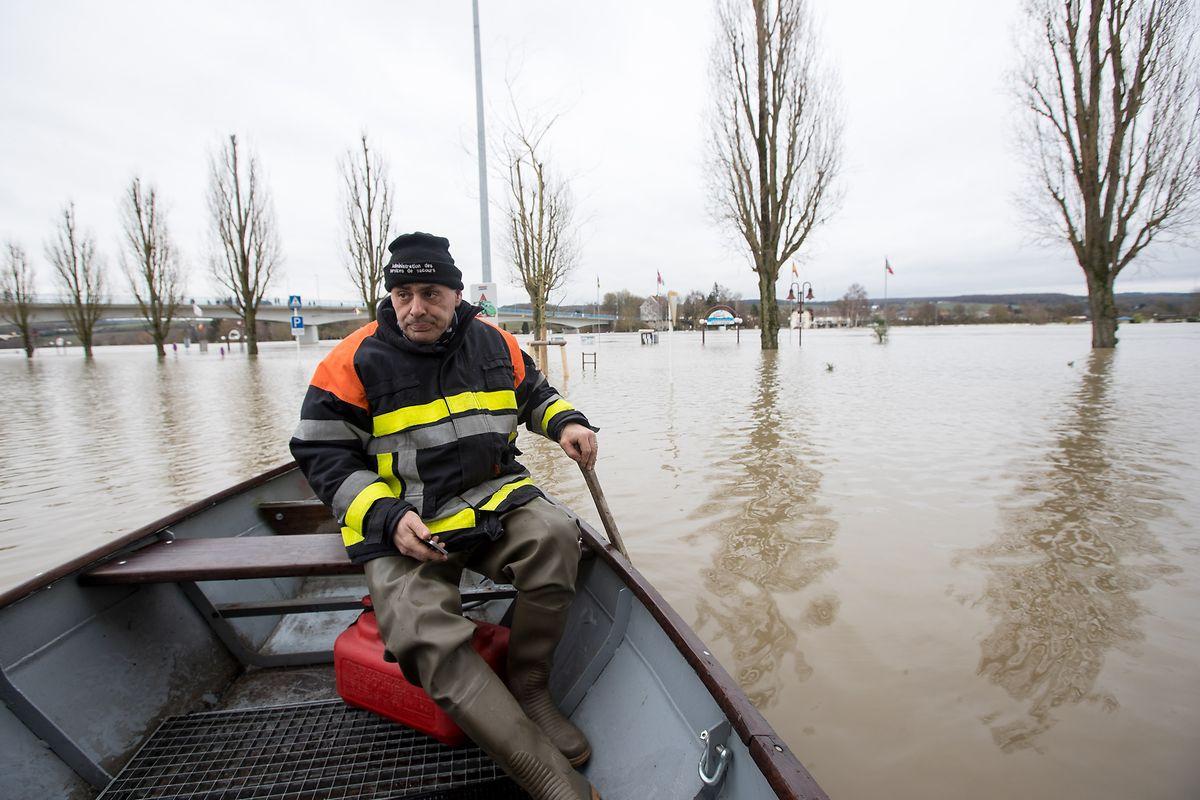 Feuerwehrmann Guy beim steuert das Boot sicher durch die Wassermassen in Remich. Dann wird er zu einem Einsatz gerufen, ein Bürger hat bei der Feuerwehr um Hilfe gebeten.