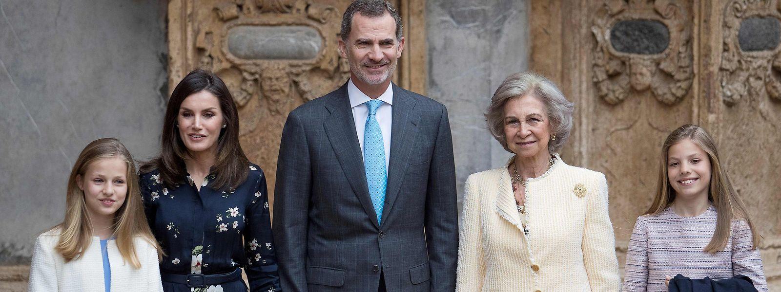Os reis de Espanha, Felipe VI e Letizia, com a princesa Leonor (à esquerda) e a infanta Sofia (à direita), acompanhados pela rainha emérita Sofia.