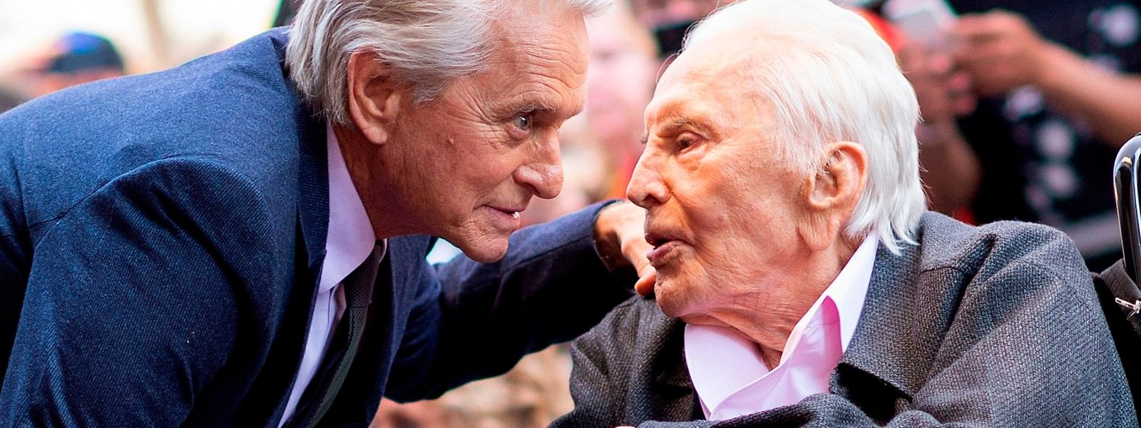 """Kirk Douglas mit seinem Sohn Michael Douglas (l.) bei der Enthüllung eines Sterns auf dem """"Walk of Fame""""."""