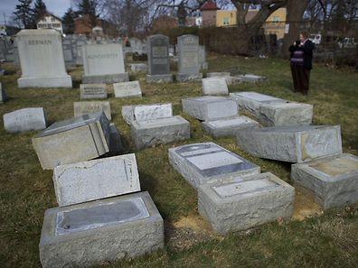 Unbekannte Täter stürzten über 400 Grabsteine auf einem jüdischen Friedhof in Philadelphia um.