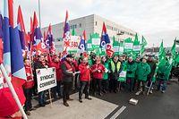 En marge de la réunion de ce lundi matin, les syndicats OGBL et LCGB avaient organisé en front commun un piquet de protestation devant les locaux de la direction de Cactus à Windhof.