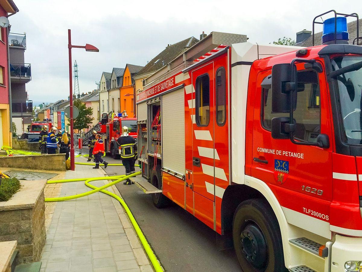7 véhicules de pompiers étaient à Rodange pour venir à bout de l'incendie qui s'est déclaré au 3e étage d'un petit immeuble.
