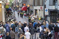 06.07.2021, Niederlande, Amsterdam: Polizisten ermitteln im Leidseplein im Zentrum vonAmsterdam und befragen die Öffentlichkeit, nachdem ein Unbekannter auf den prominente Kriminalreporter Peter R. de Vries geschossen hat. Vries sei mit einem Kopfschuss ins Krankenhaus eingeliefert worden, bestätigte die Polizei. Foto: Evert Elzinga/ANP/dpa +++ dpa-Bildfunk +++
