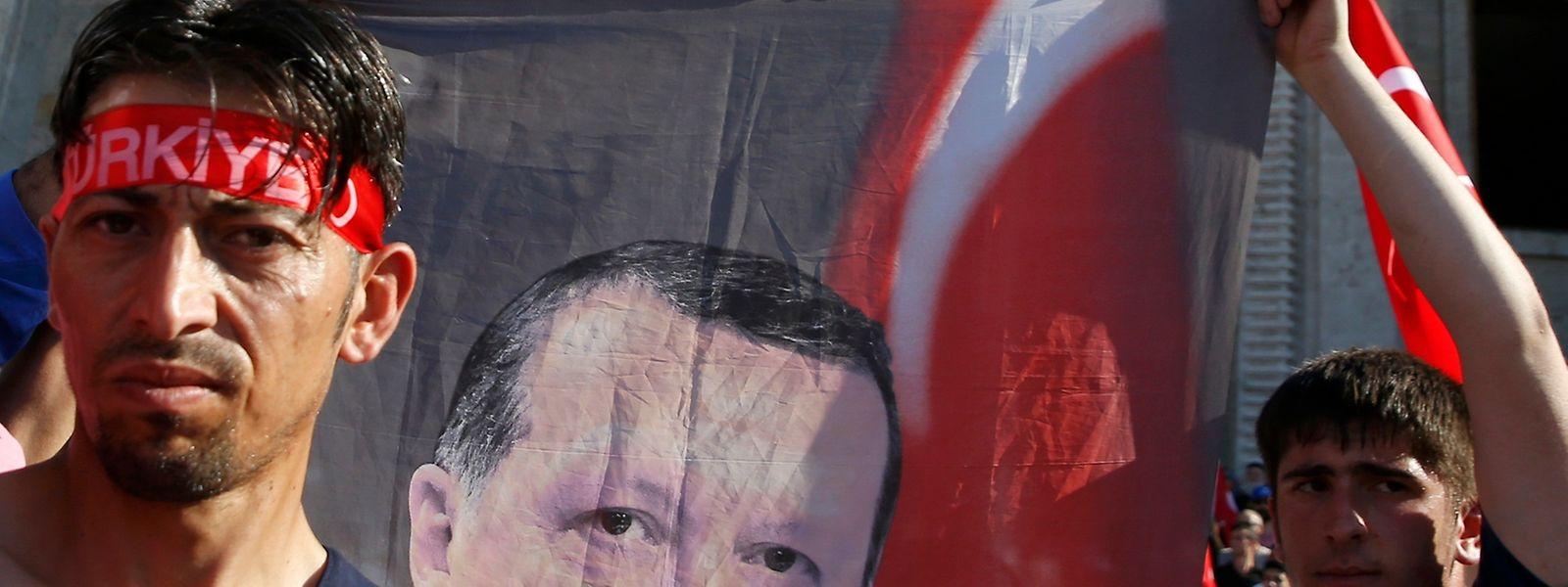 Unterstützer von Präsident Erdogan harren am Samstag vor dem Parlamentsgebäude in Ankara aus.