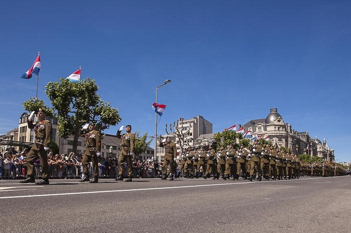 Le défilé militaire place d'Armes.
