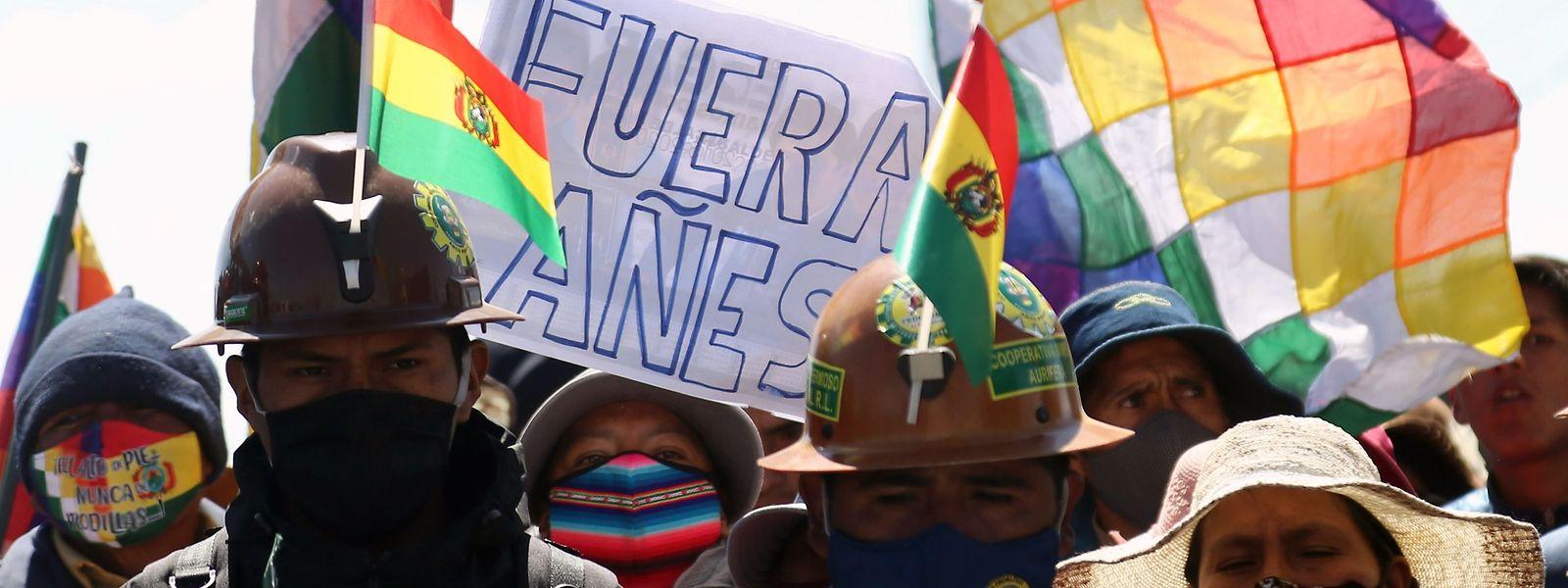 Manifestantes protestam contra o adiamento das eleições.