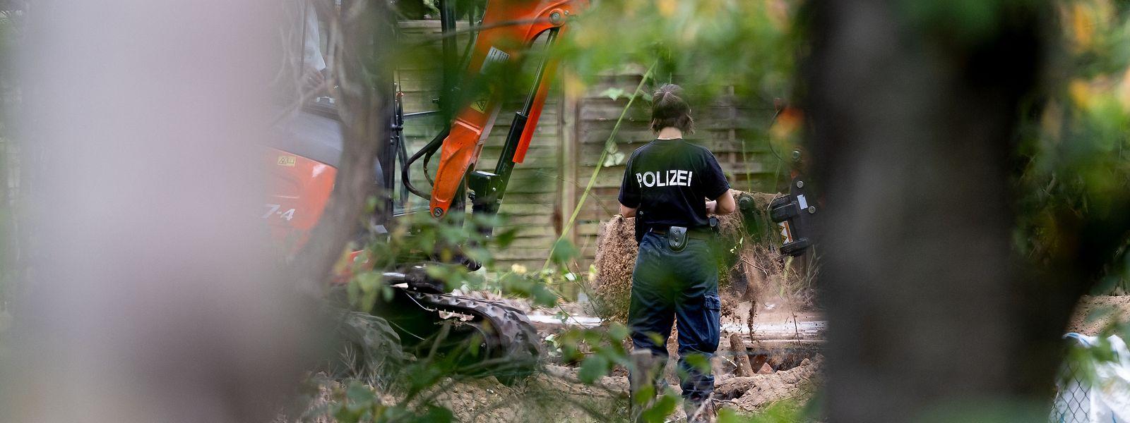 Polizeibeamte durchsuchen eine Kleingarten-Parzelle bei Seelze.
