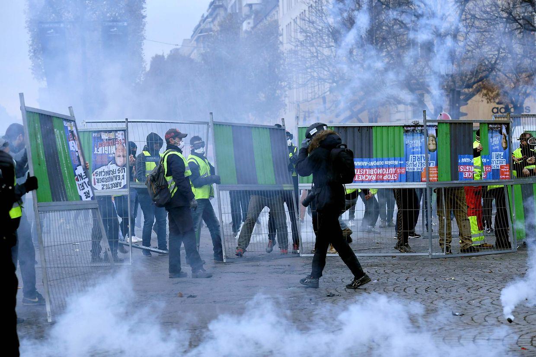 Sur les Champs Elysées samedi.