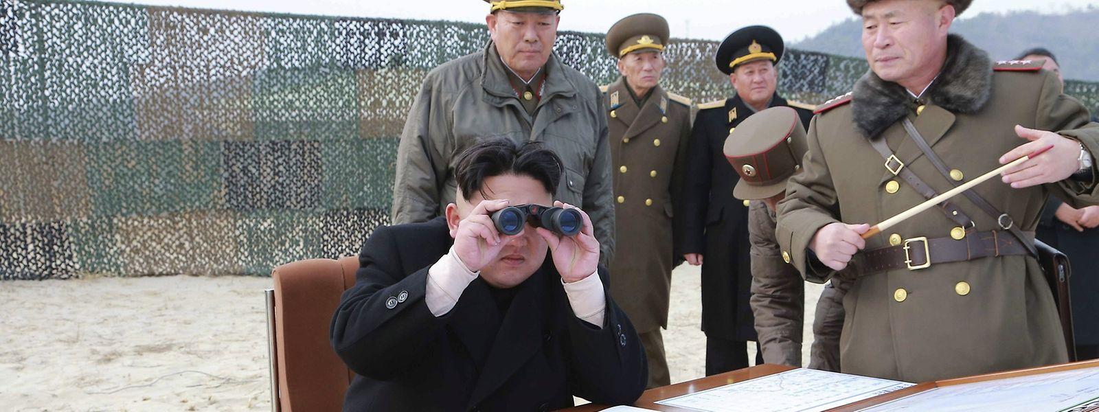 Der nordkoreanische Diktator Kim Jong Un (l.) will mit den Raketentests Stärke in Richtung USA zeigen.