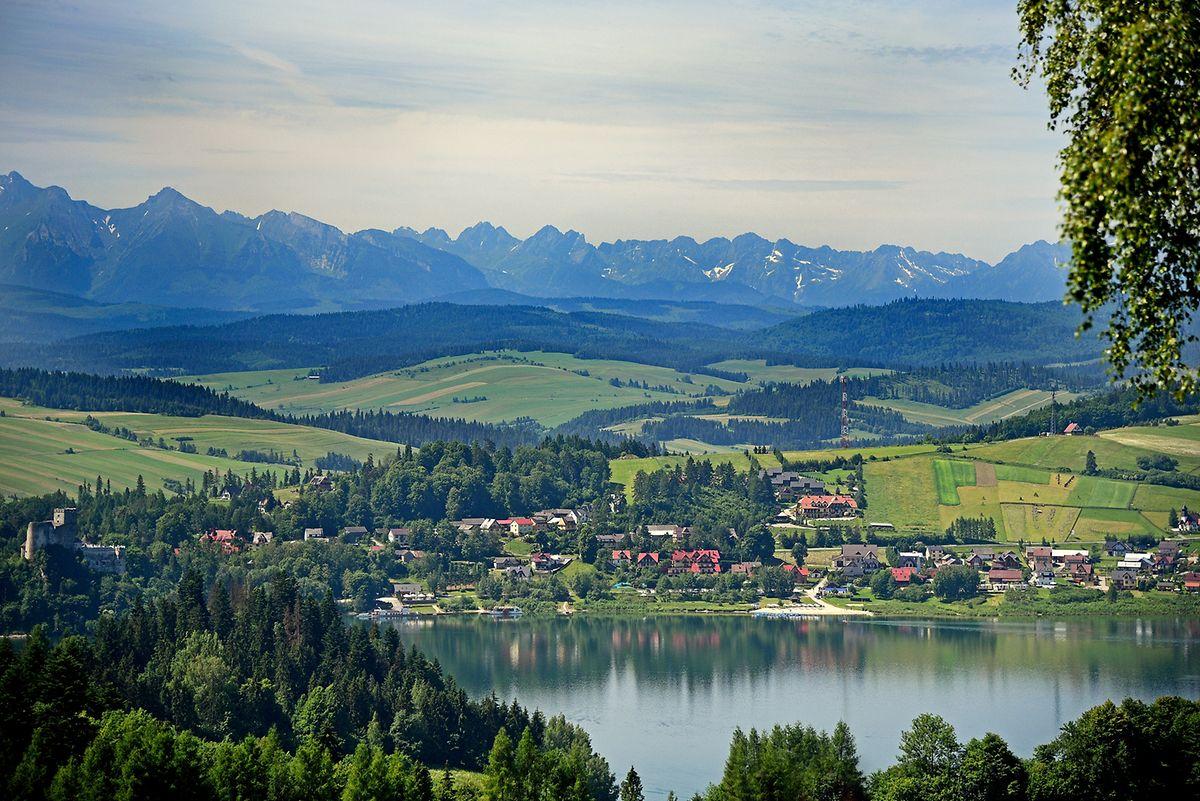 Der Czorsztyn-See erstreckt sich vor den schneebedeckten Bergen der Hohen Tatra