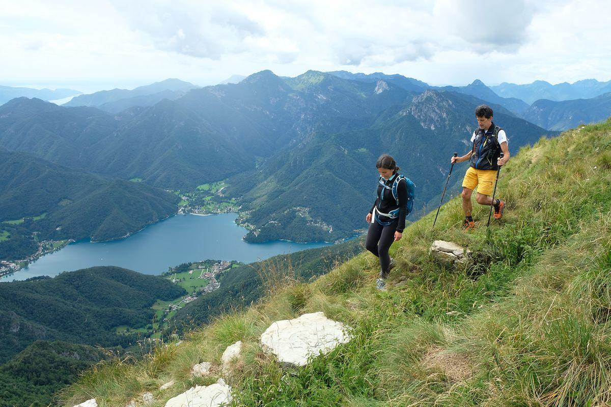 Natalia Pellegrini und ihr Vater Pio schreiten sportlich über den begrüntenGratweg.