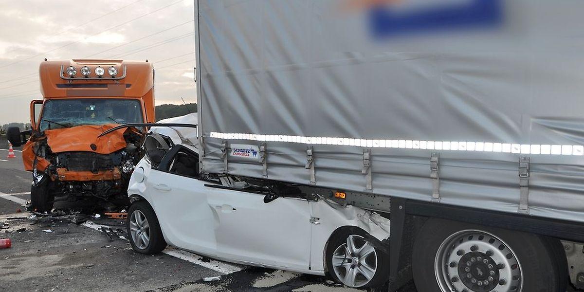 La camionnette a freinté trop tard, a percuté une voiture dans le bouchon, la précipitant sous le camion qui la précédait.