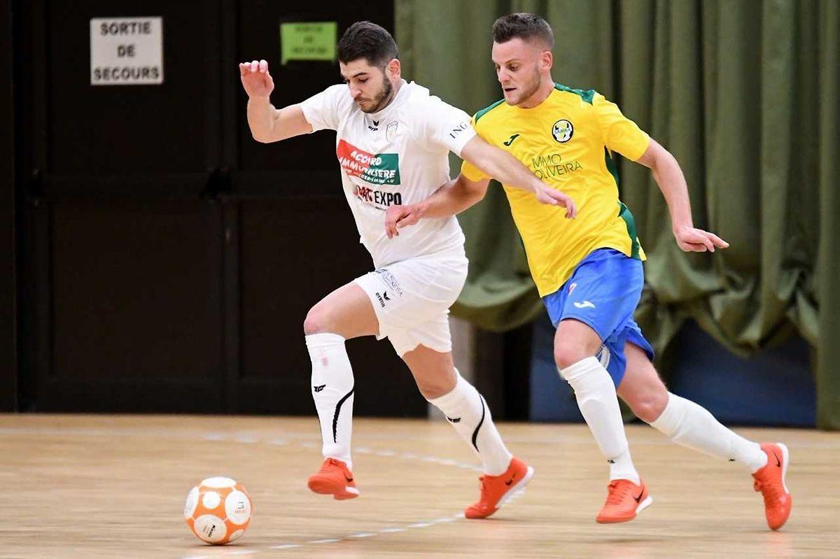 Tony Gaspar (en blanc, Union Titus Pétange) conduit le ballon sous le regard du nouvel arrivant du Samba 7 Futsal Niederkorn, le Belge Thomas Luis (en jaune)