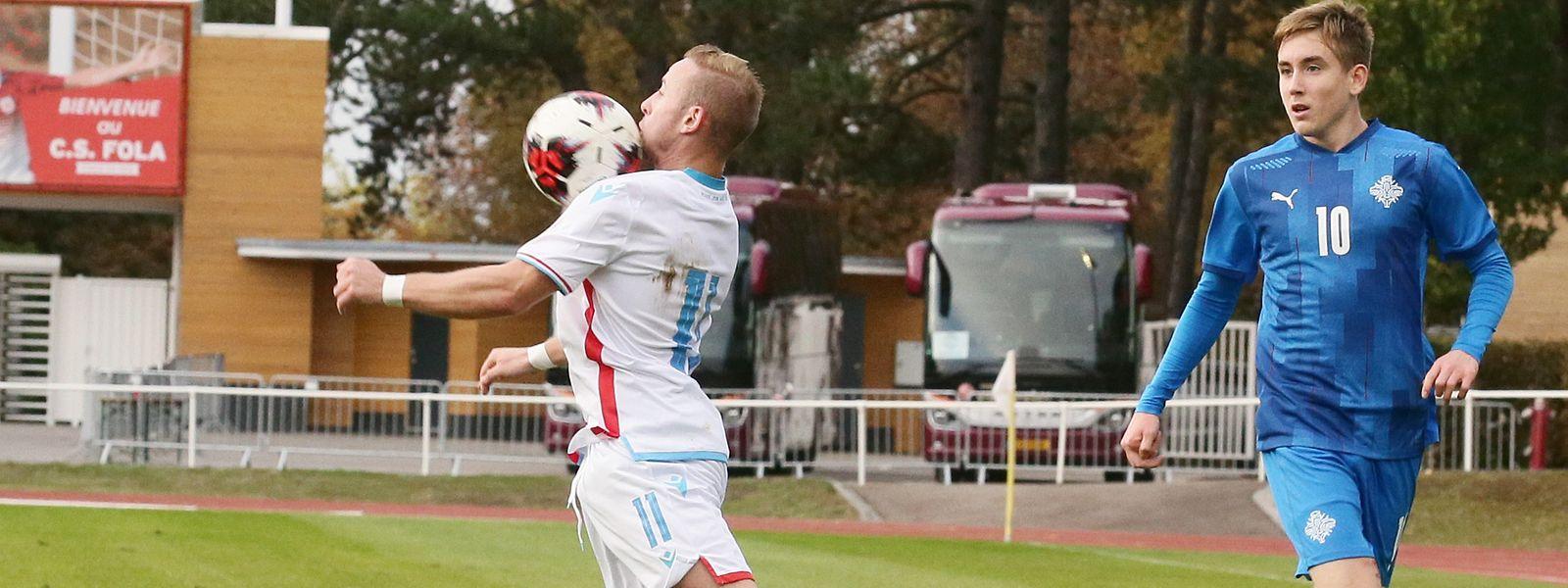 Kenan Avdusinovic und Luxemburg müssen gegen die Isländer um Isak Johannesson (r.) lange in Unterzahl spielen.