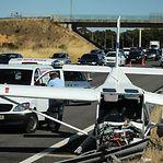 Aeronave aterra de emergência no meio da autoestrada e faz dois feridos