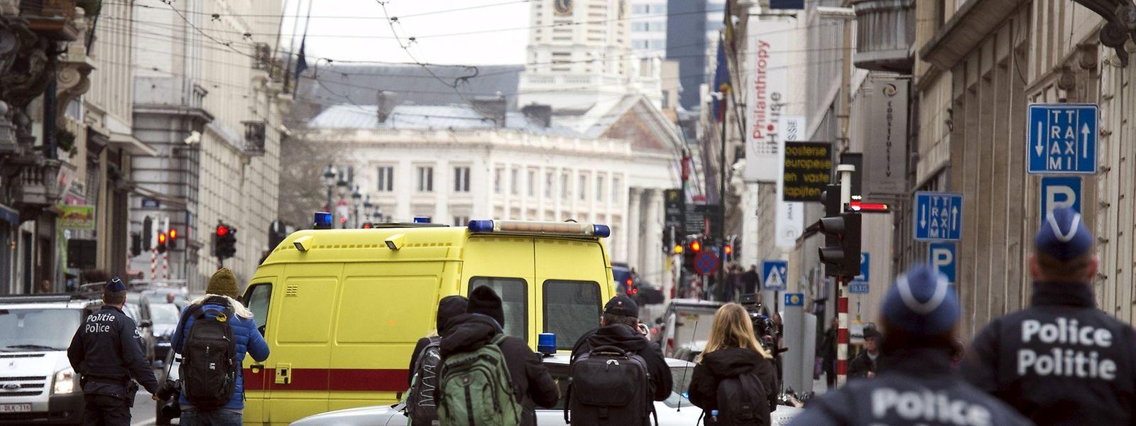 Polizei und Presse: In diesem Krankenwagen wurde Abdeslam vermutlich am Samstagnachmittag abtransportiert.