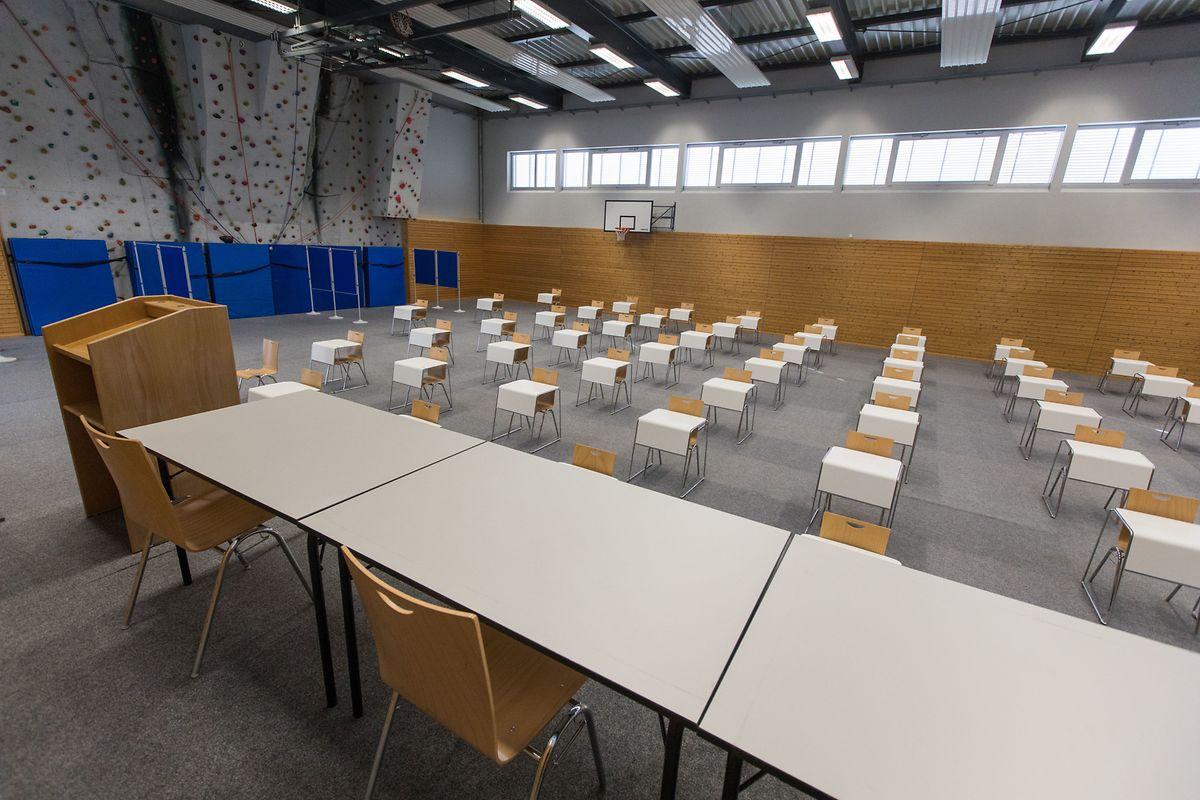 Die Abschlussprüfungen werden in der Sportshalle abgehalten werden.