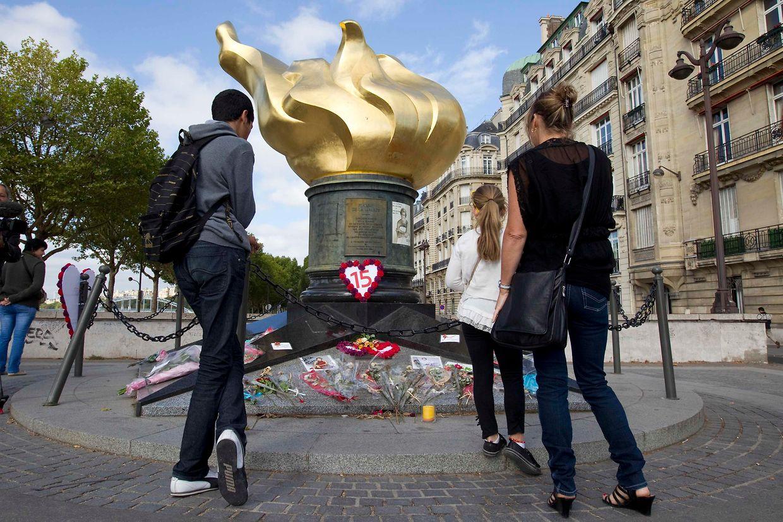 """Zum 15. Jahrestag von Prinzessin Dianas Tod versammelten sich Leute vor der """"Flamme der Freiheit"""" in Paris."""