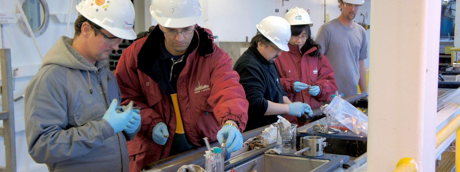 """An Bord des Forschungsschiffs """"Joides Resolution"""" arbeiten Forscher an Bohrproben vom Grund des Südpazifischen Meereswirbels – und entdecken dabei lebendige Organismen."""