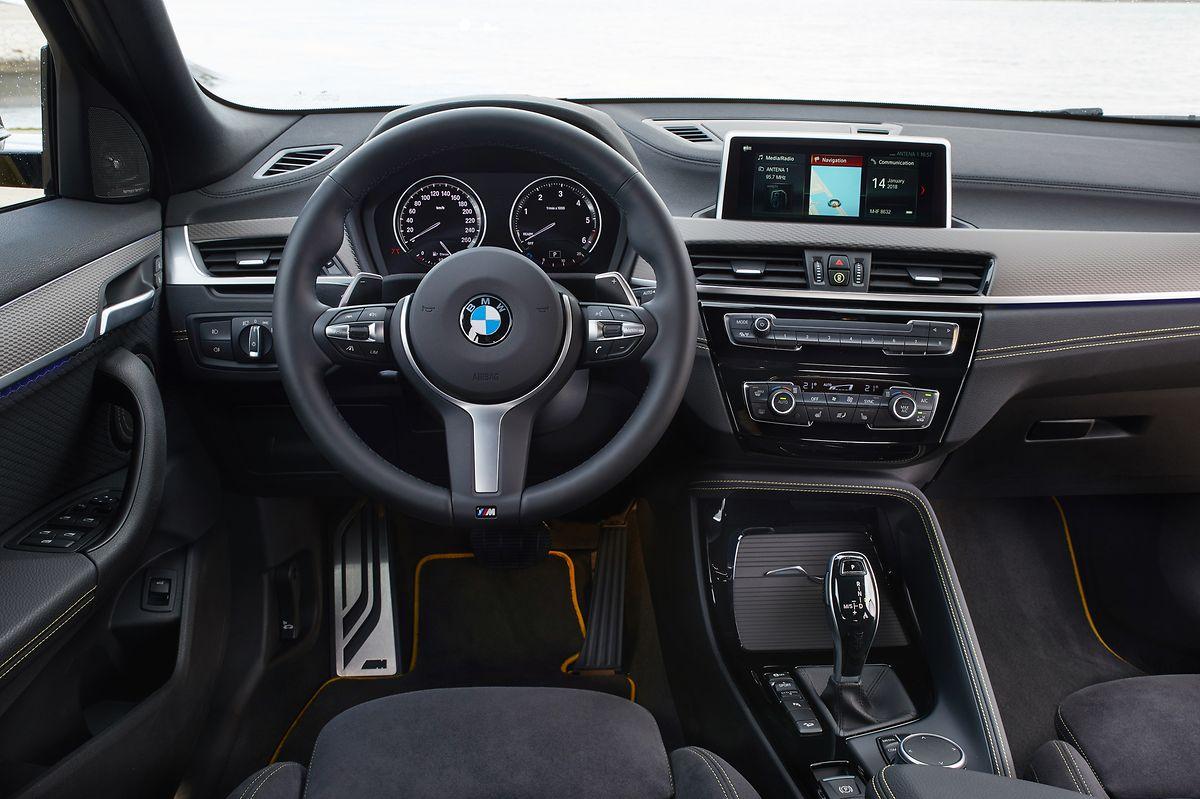 Das X2-Interieur unterscheidet sich nur unwesentlich vom Top-Seller X1, mit dem sich der BMW-Neuling die Plattform teilt.