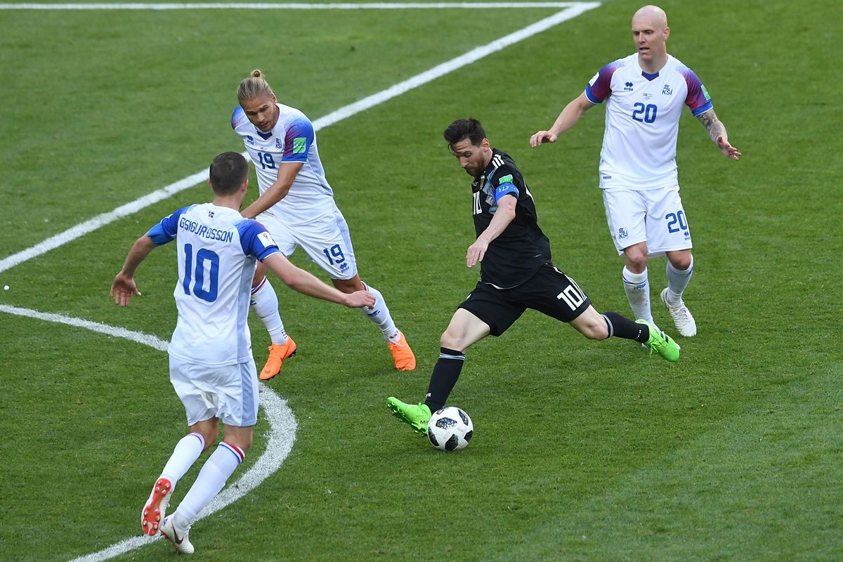 Argentina's forward Lionel Messi (C) kicks the ball during the Russia 2018 World Cup Group D football match between Argentina and Iceland at the Spartak Stadium in Moscow on June 16, 2018. / AFP PHOTO / Francisco LEONG / RESTRICTED TO EDITORIAL USE - NO MOBILE PUSH ALERTS/DOWNLOADS