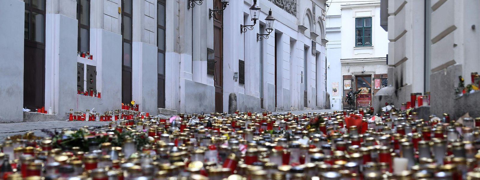 Kerzen und Blumen stehen als Gedenken an die Opfer des Terrorangriff am 2. November am Tatort in der Seitenstettengassen. Bei dem tödlichen Anschlag eines Islamisten sind vier Zivilisten getötet worden.