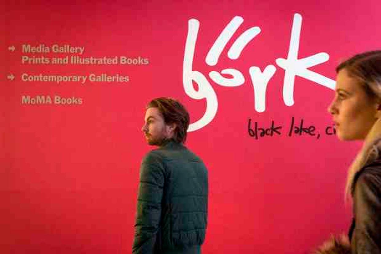 Die Ausstellung zeigt ein breites Spektrum an Erinnerungsstücken rund um die isländische Künstlerin.