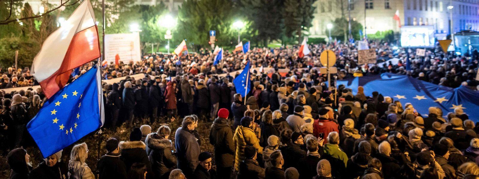 Tausende Bürger demonstrierten in Warschau vor dem Parlament gegen die Gesetze zur Justizreform.