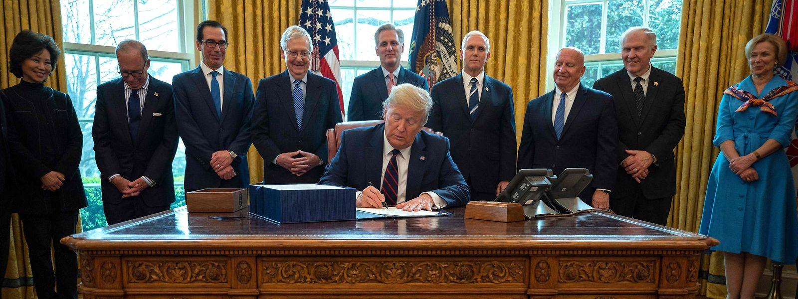 Donald Trump unterzeichnete im Oval Office den CARES Act, der Hilfen in Höhe von zwei Billionen Dollar für Unternehmen vorsieht.
