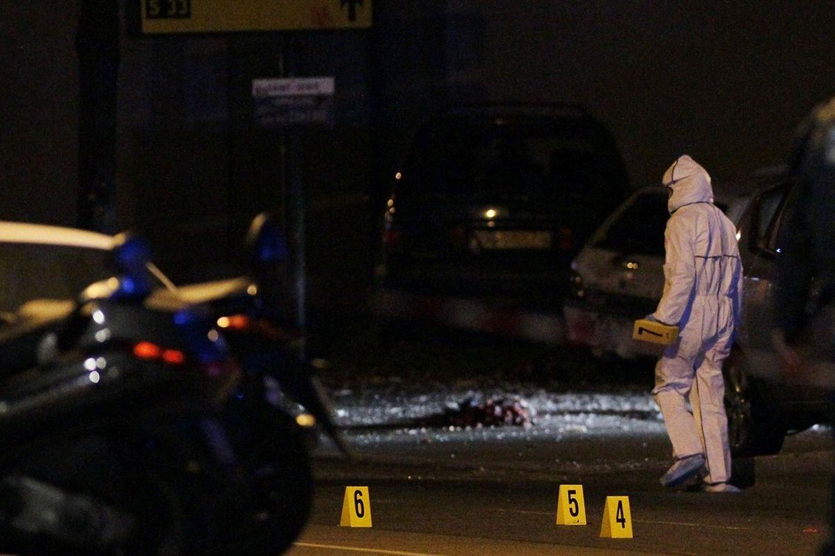 Les enquêteurs au travail après l'explosion d'un kamikaze au stade de France