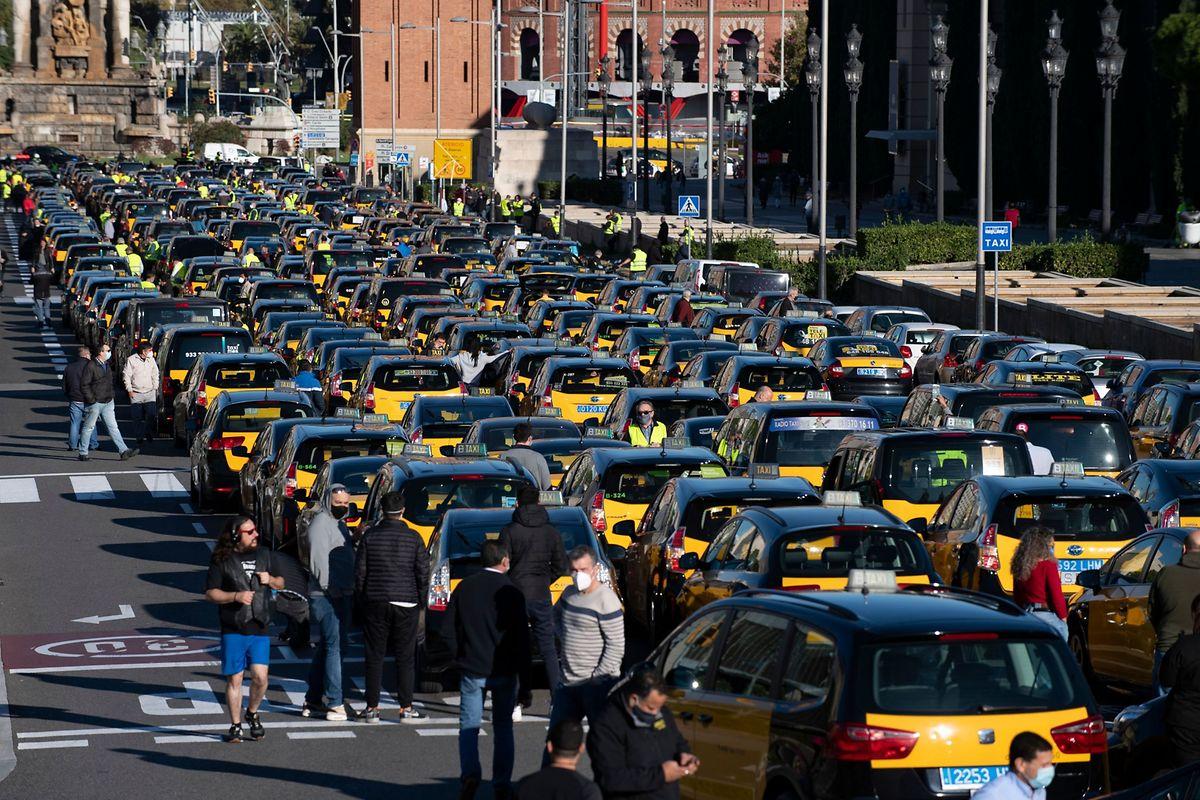 Die Taxifahrer von Barcelona verlangen wegen der coronabedingten Einbußen wirtschaftliche Hilfen von der Regierung.