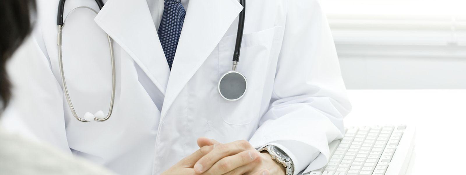 Mehr Einwohner, mehr Senioren mit Pflegebedürfnissen und viele ältere Ärzte, die in Kürze in den Ruhestand treten könnten: Die Oppositionsabgeordneten und die AMMD warnen vor einem Ärztemangel.