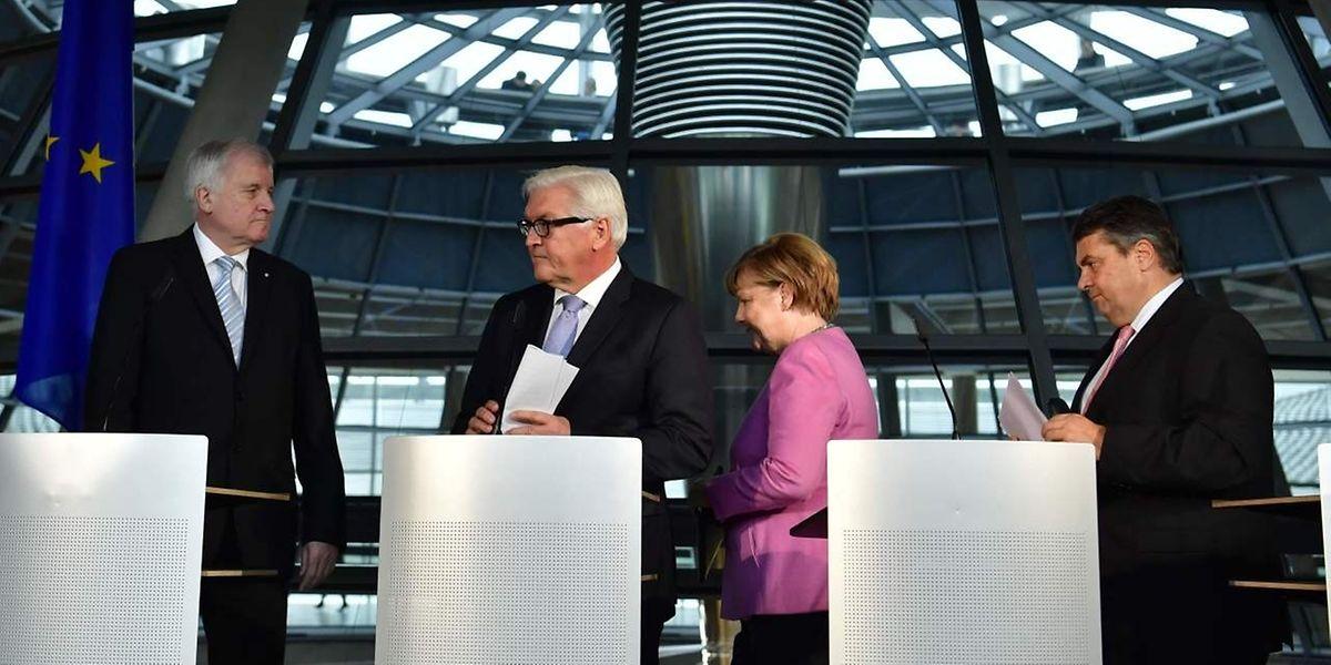 Steinmeier trat am Mittwoch zusammen mit Bundeskanzlerin Merkel, Horst Seehofer (CSU) und Sigmar Gabriel (SPD) vor die Presse.
