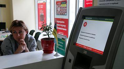 Kunden der staatseigenen Sparkasse wurden an Geldautomaten anderer Banken verwiesen.