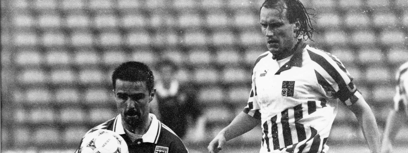 Dan Theis und die Luxemburger gewinnen 1995 gegen Tschechien um Vaclav Nemecec (r.).