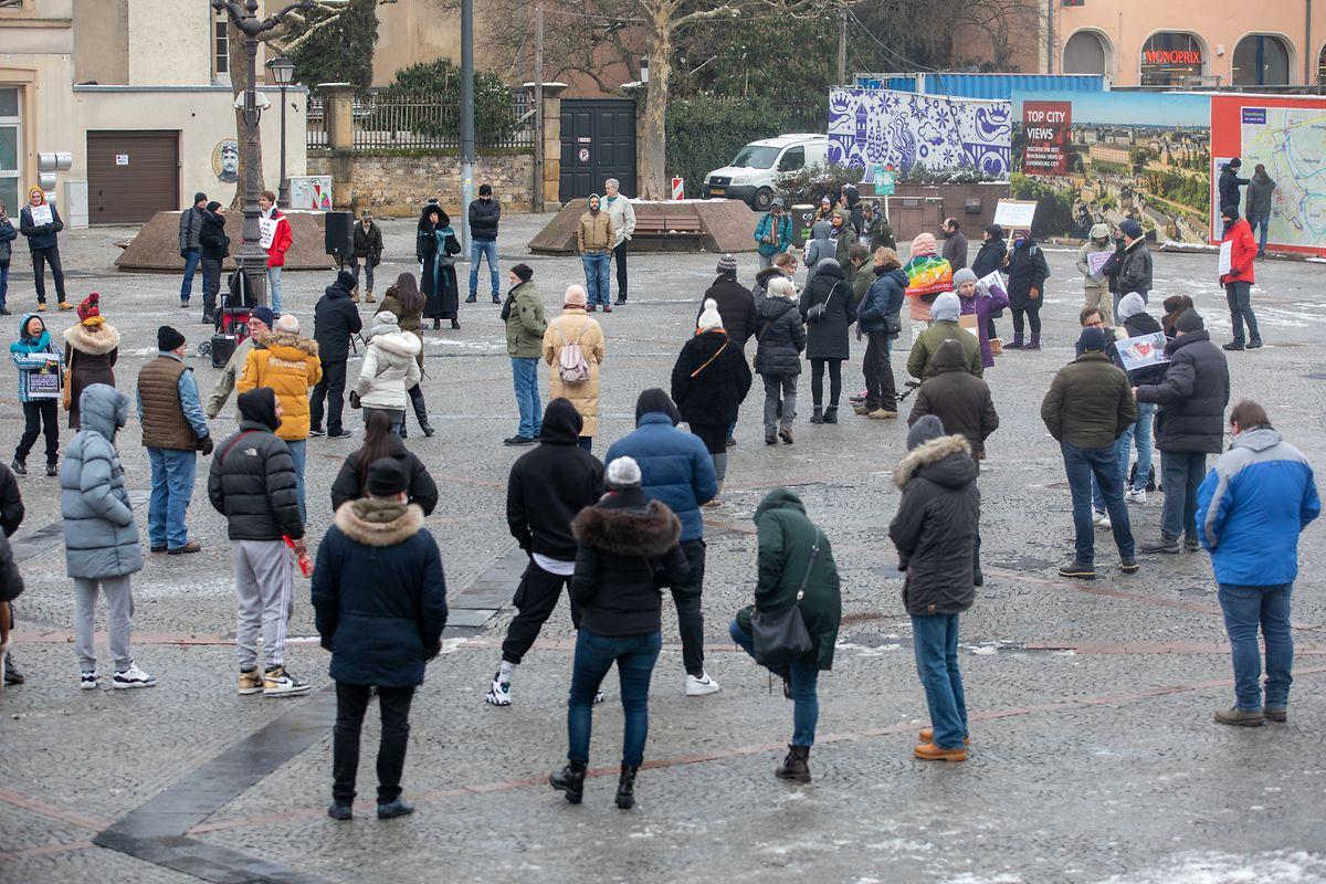 Les protestataires contre les mesures gouvernementales étaient facilement reconnaissables : nul ne portait de masque.