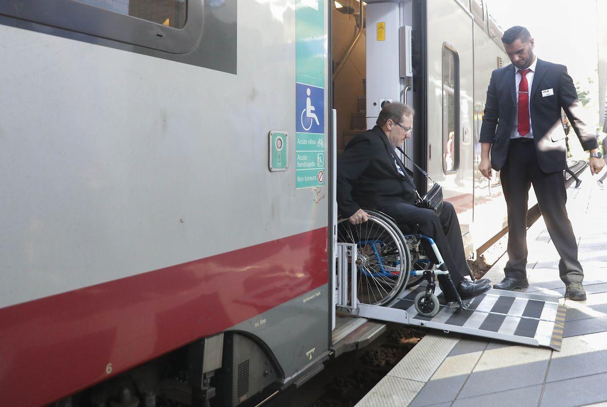 Dans les gares, une plateforme amovible permet de gagner le quai.