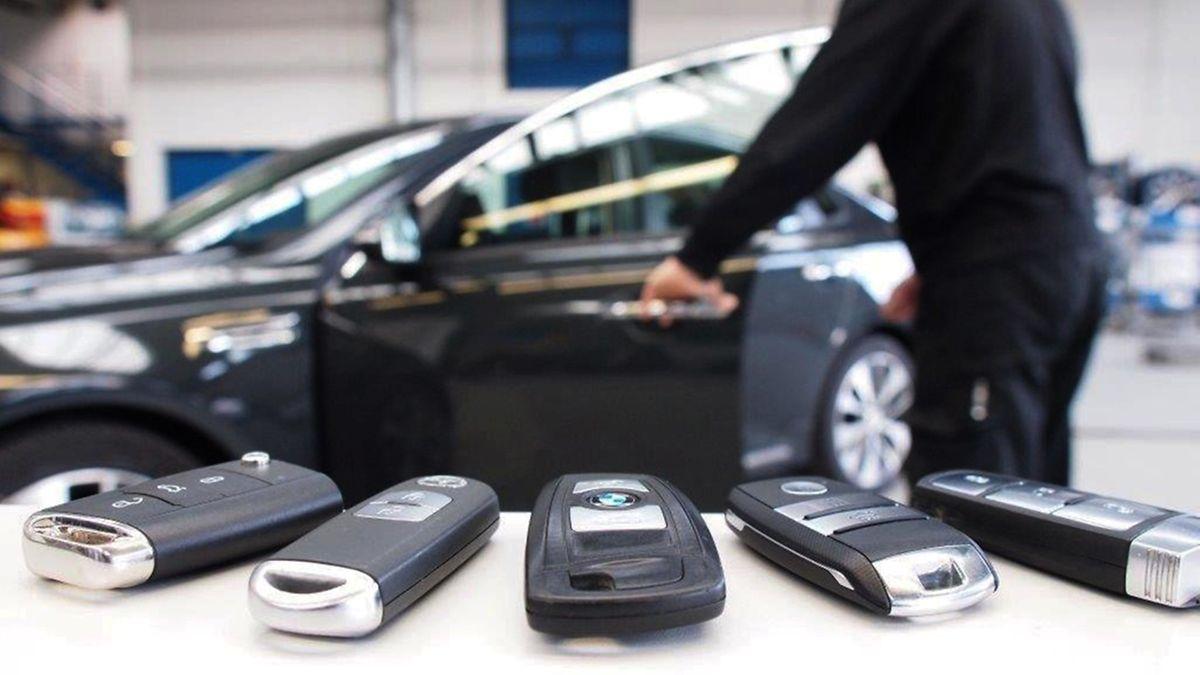 Experten haben eine Sicherheitslücke bei Funkschlüsseln aufgedeckt. Erste Abhilfe kann sein, sie in Alufolie einzuwickeln.
