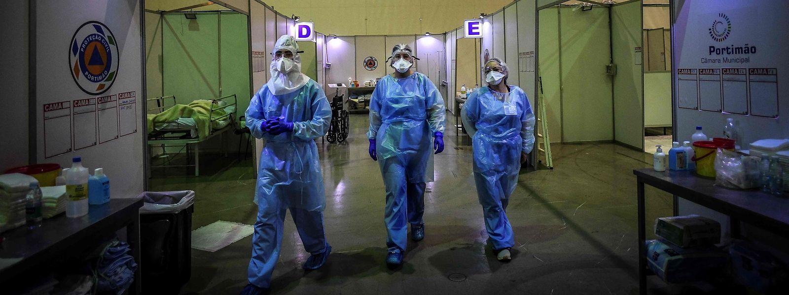 Profissionais de saúde num hospital de campanha em Portimão, no Algarve.